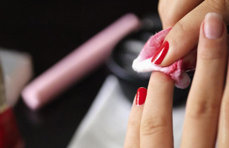 1. Skinite lak sa noktiju