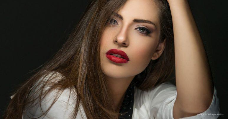 Detaljan vodič: Kako postići mat izgled pomoću šminke?
